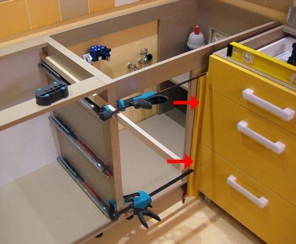 Стягивание шкафов между собой струбцинами