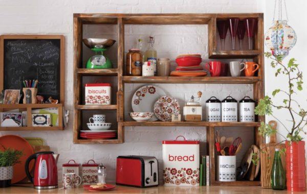 Открытая полочка на кухне, как элемент декора стен