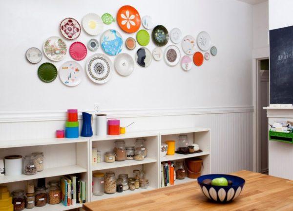 Декорирование стен на кухне тарелками