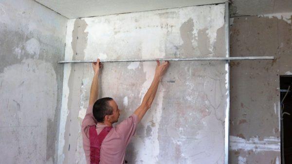 Выравнивание стен на кухне по маякам
