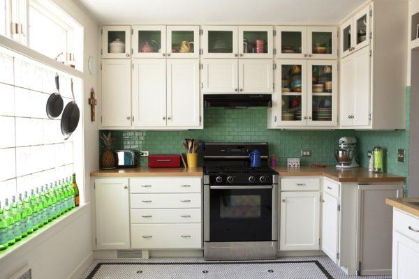 Высокая кухонная мебель сэкономит очень много места в помещении