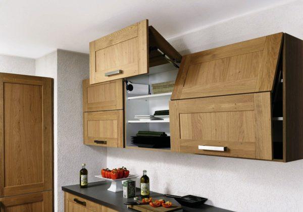 Удобно открывающиеся дверцы шкафов играют немаловажную роль в интерьере малогабаритной кухни