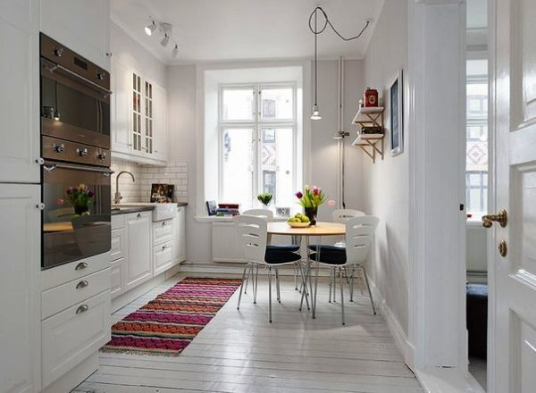 Дизайн небольшой кухни гостиной в белых тонах пользуется большой популярностью