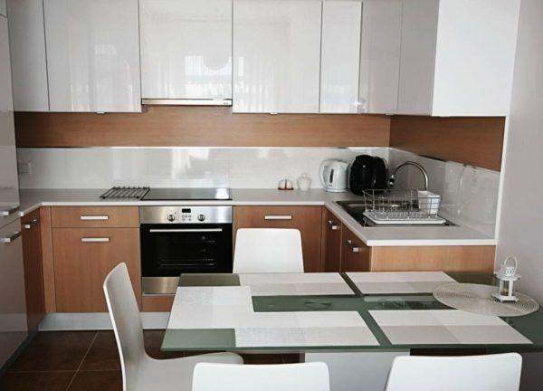 Фото удачного дизайна маленькой кухни, совмещенной с гостиной