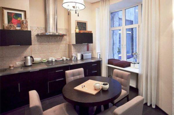 Если планировка позволяет, то можно установить маленький круглый стол., отсутствие углов позволит комфортно разместиться за ним во время обеда