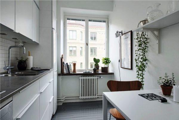 Линейная планировка позволяет сэкономить площадь малогабаритной кухни гостиной