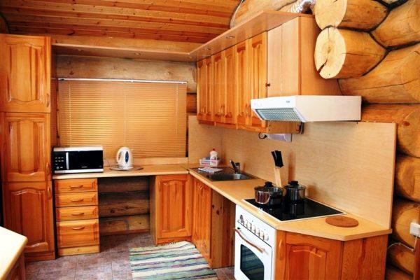 Г-образный кухонный гарнитур подойдет для небольшой кухни на даче