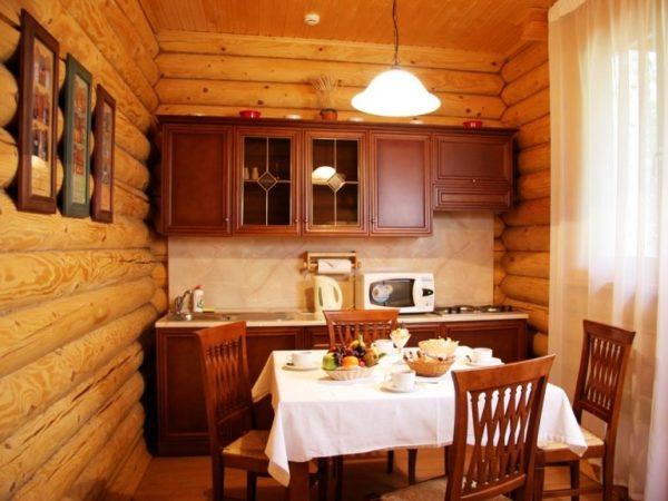 А здесь мы видим такое компактное объединение маленькой кухни и столовой на даче