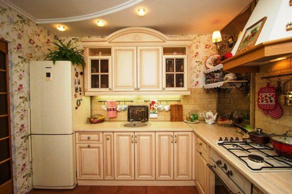 Оформление интерьера малогабаритной кухни загородного дома лучше выполнить в светлых тонах