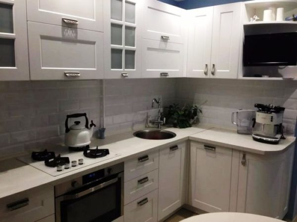Г-образное расположение мебели на тесной кухне в хрущевке - самый подходящий вариант