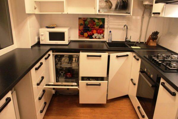 имеет квадратную форму, тогда больше подойдет П-образное размещение кухонного гарнитура