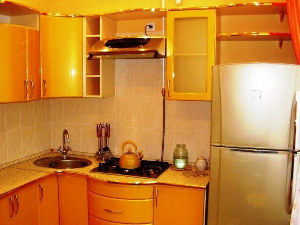 Дизайн маленькой кухни в хрущевке: фото интерьеров малогабаритных кухонь и вариант установки холодильника
