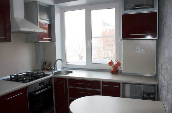 Встроенная компактная мебель - самый подходящий вариант для малогабаритной кухни в квартире хрущевке