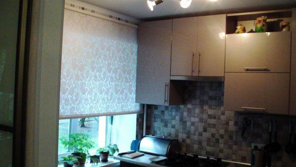 Лайфхак для маленькой кухни в хрущевке - рулонные шторы надля окон, они сэкономят пространство