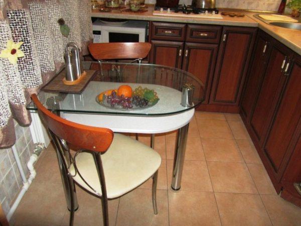 Прозрачный стеклянный стол визуально увеличит маленькое пространство
