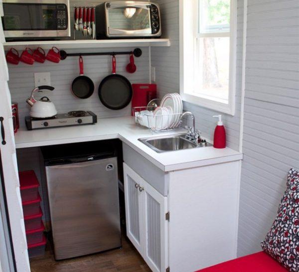 Нестандартный холодильник очень хорошо подойдет для малогабаритной кухне в хрущевке