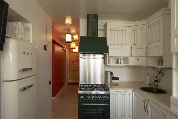 Малогабаритная кухня в хрущевке станет объемнее, если убрать двери