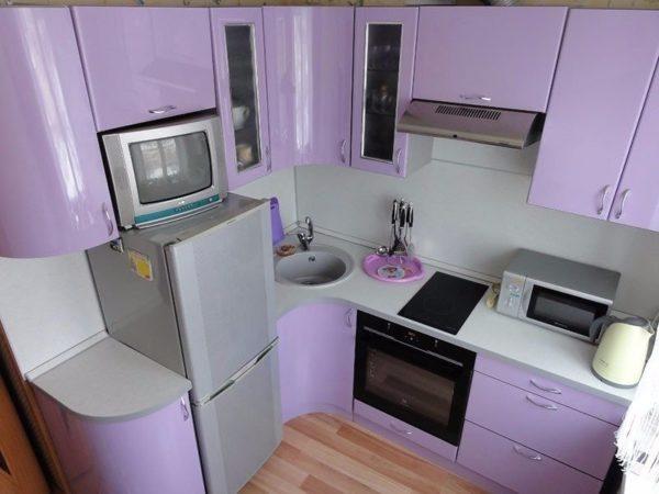 На этом фото вот такой небольшой холодильник удачно размещен на тесной кухне в квартире хрущевке