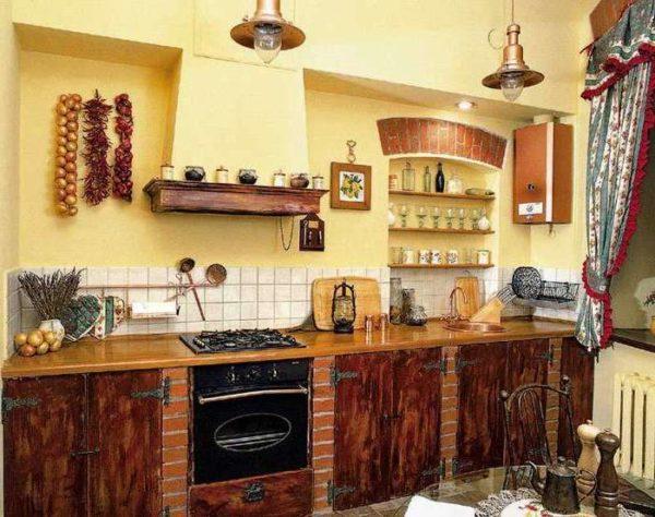 На этом фото колонка выкрашена в теплый древесный оттенок и вписывается в дизайн кухни в деревенском стиле