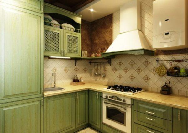 Интерьер тесной кухни с газовой колонкой в стиле прованс