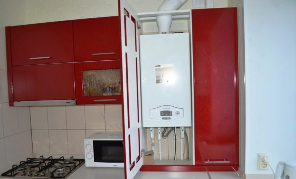 Кухонный гарнитур, заказанный по индивидуальному проекту поможет спрятать колонку
