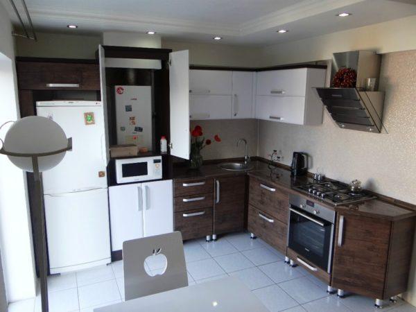 Еще одно интересное решение дизайна кухни с малой площадью с колонкой