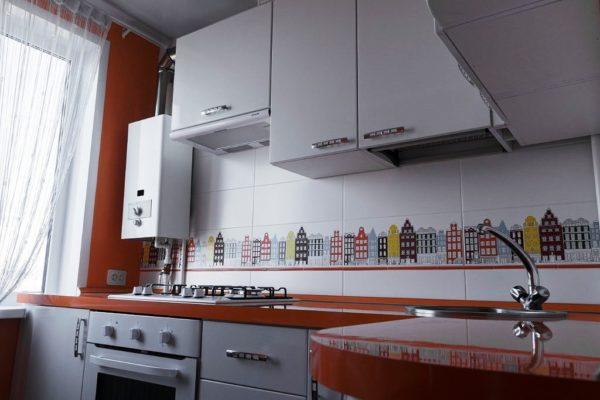 Интересная отделка фартука придаст изюминку интерьеру маленькой кухни с газовой колонкой
