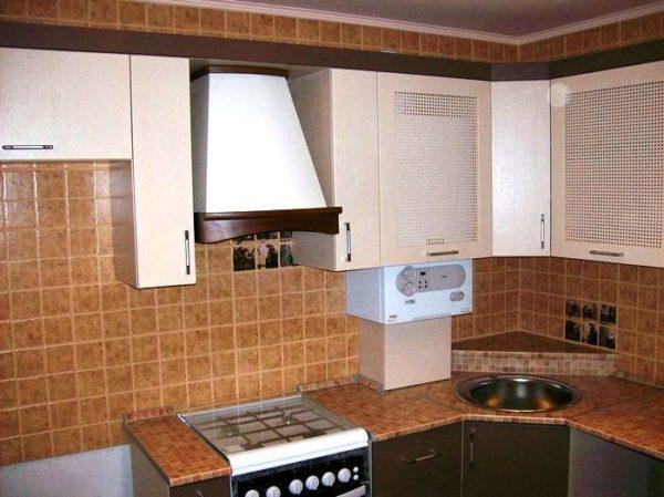Как обустроить маленькую кухню, если в интерьер не вписывается газовая колонка: фото примеров