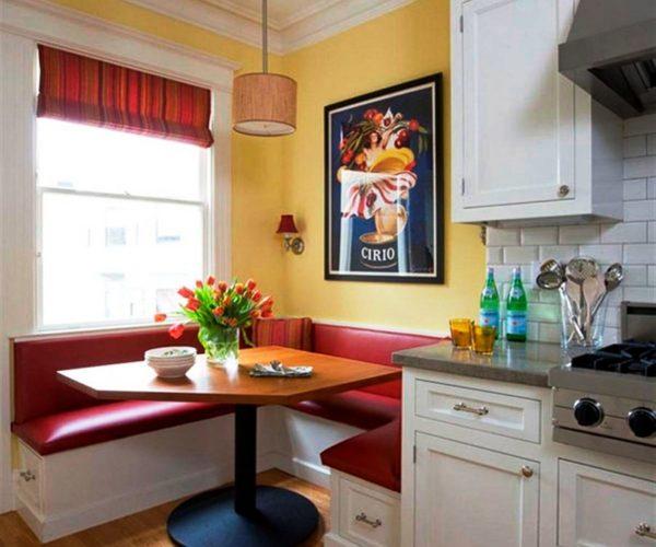 Угловой диван - самый распространенный вариант дивана в дизайне малогабаритной кухни