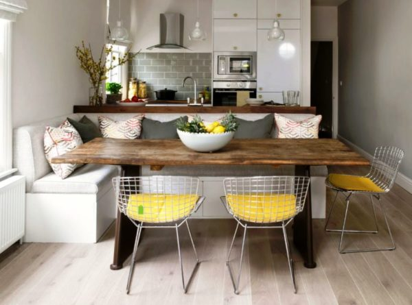 А здесь мягкая мебель расположена в интерьере маленькой кухни квартиры студии