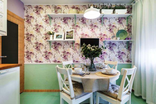 Зонирование в виде отделки стены помогает выделить столовое пространство