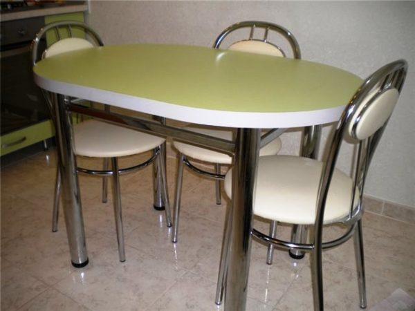 Овальный обеденный стол - самый популярный для маленькой кухни