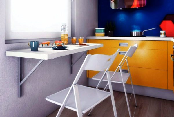 Складные стулья экономят пространство малогабаритной кухни