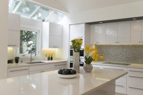 Белая глянцевая кухня в интерьере