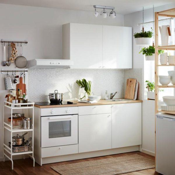 фото: интерьер небольшой кухни в белом цвете