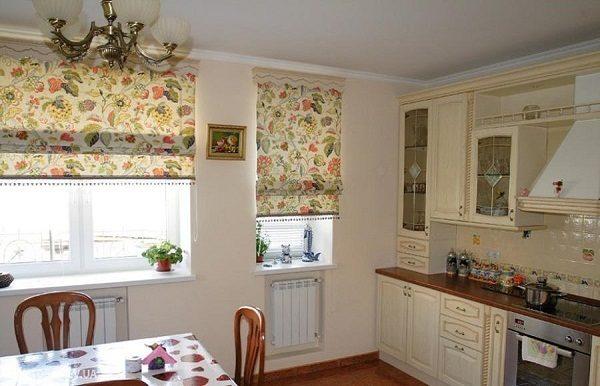 Рулонные шторы на окнах в интерьере кухни в стиле прованс