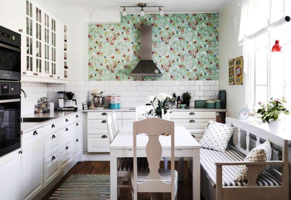 Кухня с диваном-скамьей в деревенском стиле