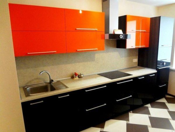 Тона серого и черного помогут дополнить и уравновесить яркость мандаринового цвета и создать в интерьере кухни приятные контрасты