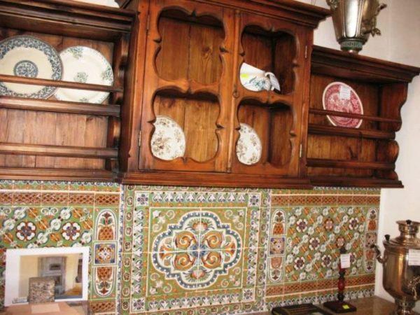 В качестве декора дизайнеры используют котелки, гжель, хохлому, палех и прочие элементы народного декорирования