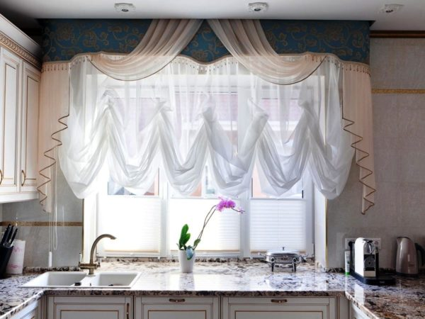 Учитывайте, что французские шторы не раздвигаются, а поднимаются вверх и всегда остаются в виде роскошных складок на окнах, как римские или австрийские.