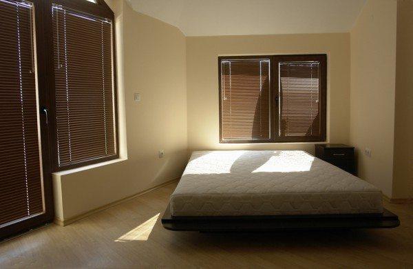 А это почти комната в Сайгоне из «Апокалипсиса сегодня» Копполы - здесь минимализм возведён в квадрат так, что действительно вызывает некий дисбаланс