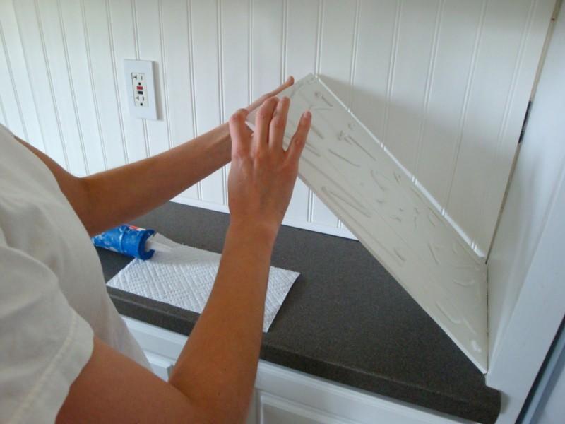 Установка стеновой панели на кухне