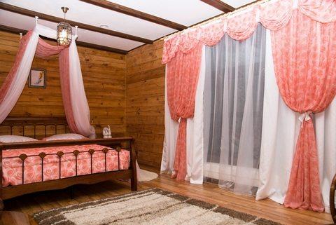 Спальную комнату в стиле кантри украсят покр ы вало , балдах и н и гардины одного цвета.