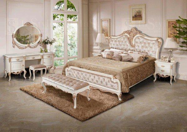 Банкетка в спальне, оформленной в стиле прованс