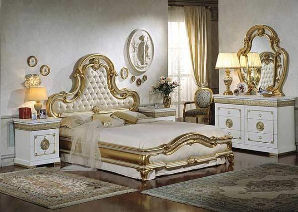 Белая спальня с золотом, это атмосфера торжественности.