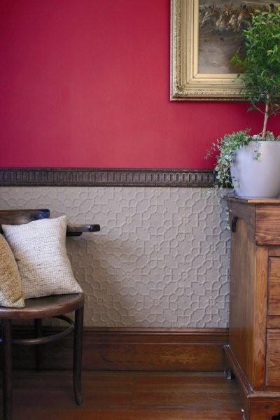 Более темная верхняя часть стены зрительно снижает потолок.