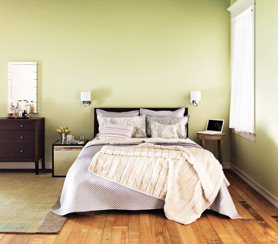 Бра над кроватью в спальне позволяют освещать лишь небольшую часть пространства, не мешая другим спать и экономя электроэнергию