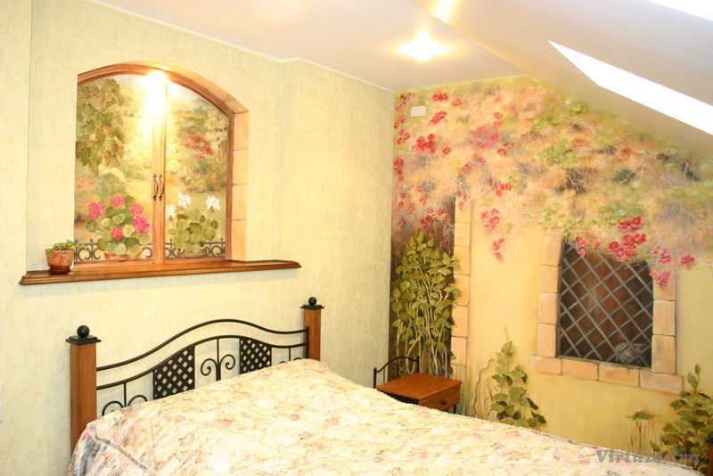 Буйство красок летнего сада в небольшой спальне