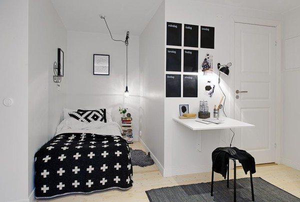Черно-белая спальня со своими «изюминками» в виде текстиля с орнаментами и подвесной лампочки