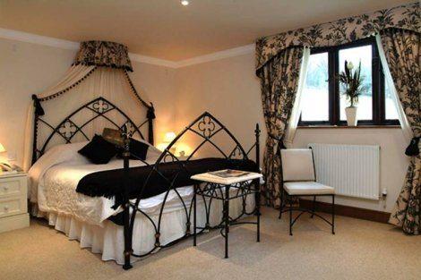 Черный цвет подчеркивает изящество вязи каркаса кровати и столика